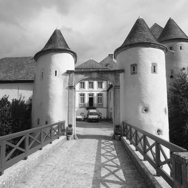 Broen ved indgangen til Chateau Bourglinster i Luxembourg